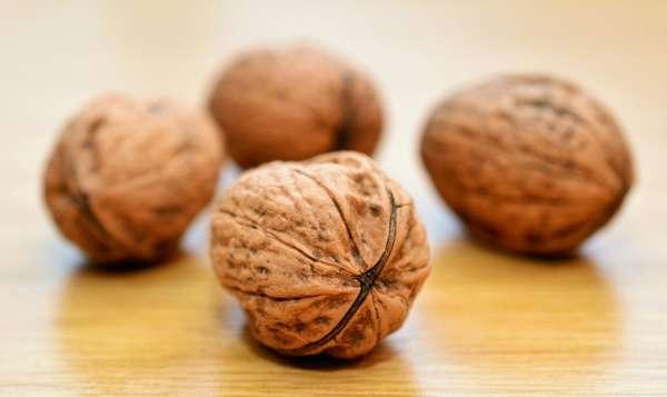 Для повышения потенции едят орехи